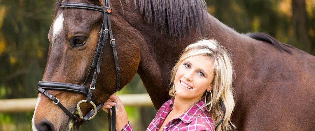 Reiterin mit Pferd bei einer Schulung für pferdegestütztes Coaching.