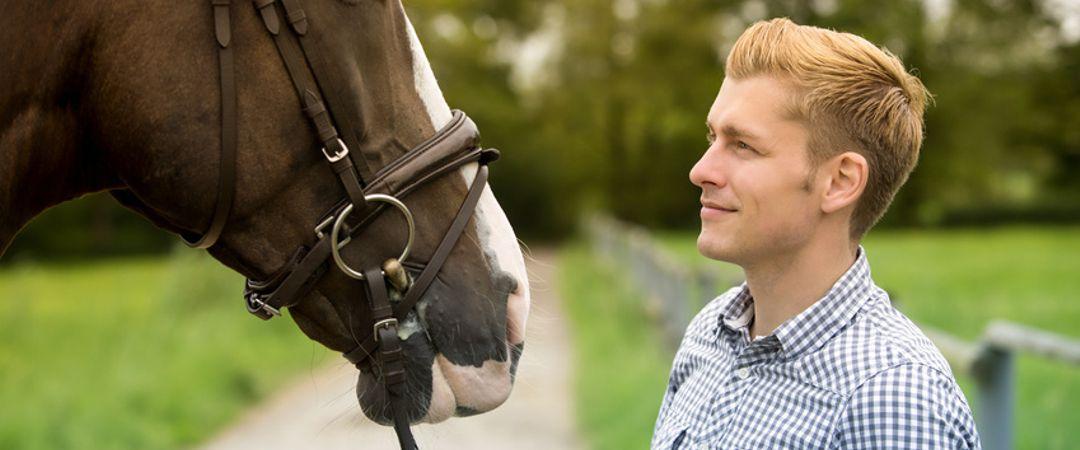 Mann mit Pferd auf einem Seminar für pferdegestütztes Coaching.